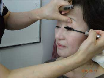 3Dマスカラでまつ毛伸ばす